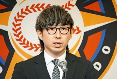 記者会見で海外FA権を行使せずに日本ハムに残留すると表明した金子弌大投手(19日、札幌市)=共同