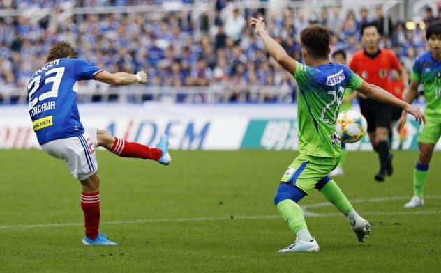 横浜M―湘南 前半、先制ゴールを決める横浜M・仲川=左(19日、ニッパツ球技場)=共同
