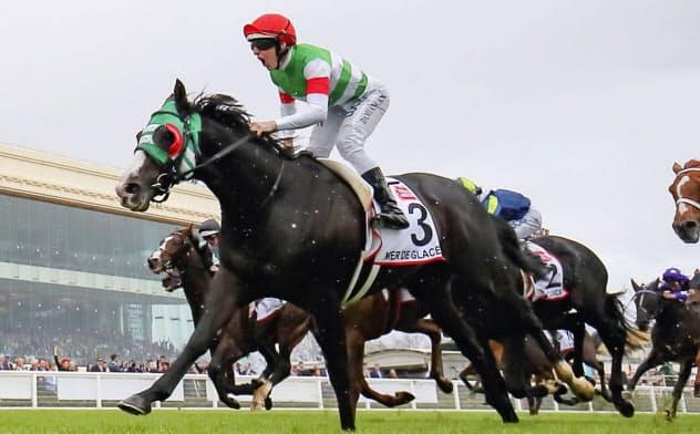 オーストラリア競馬のコーフィールドカップを制したダミアン・レーン騎乗のメールドグラース(19日、コーフィールド競馬場)=共同