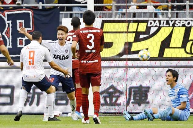 前半、3点目のゴールを決め喜ぶFC東京の橋本=共同
