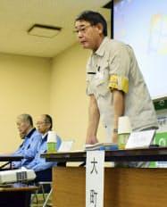 大雨による油の流出被害を受けた住民への説明会で、発言する佐賀県大町町の水川一哉町長。左は佐賀鉄工所の担当者(19日午後、大町町)=共同