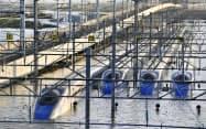 台風19号による大雨の影響で浸水したJR東日本の長野新幹線車両センターに並ぶ、北陸新幹線の車両(13日、長野市)=共同