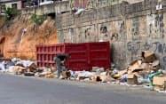 経済が崩壊状態の中、ゴミをあさり食べ物を探すベネズエラ国民(9月、カラカス)