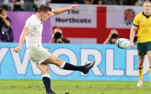 後半、ペナルティーゴールを決めるイングランドのファレル