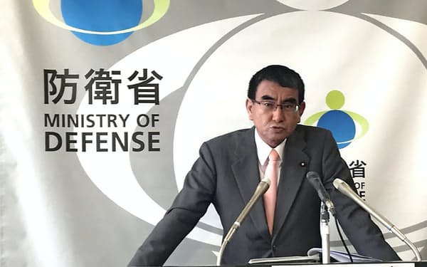 記者会見で答える河野防衛相(18日、防衛省)