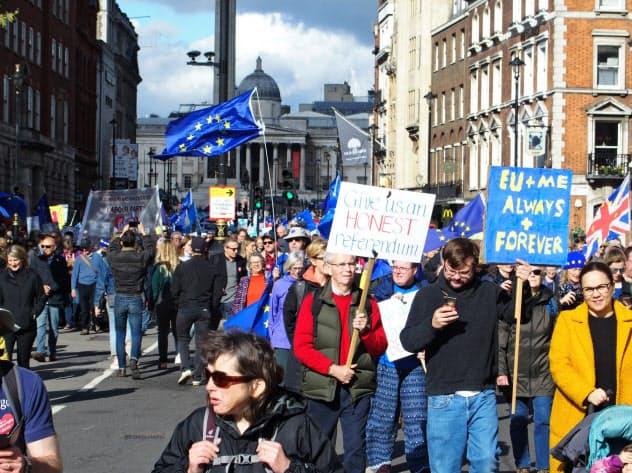 19日、ロンドン中心部を行進する残留派の市民たち