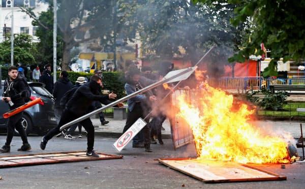 19日、政府に抗議し道路標識を燃やす学生ら(バルパライソ)=ロイター