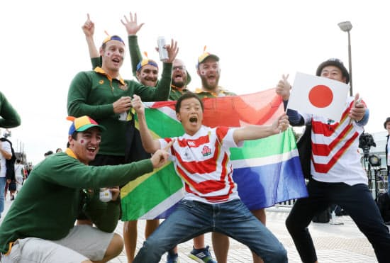 試合前、会場近くで記念写真に納まる日本と南アフリカのファン