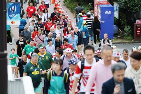 会場の東京スタジアムに向かう日本と南アフリカのファンら(20日、東京都調布市)