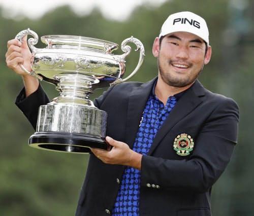 初優勝を果たし、カップを手にするチャン・キム(20日、古賀GC)=共同