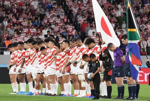 南アフリカ戦の試合前、台風被害の犠牲者を悼み黙とうをする日本代表