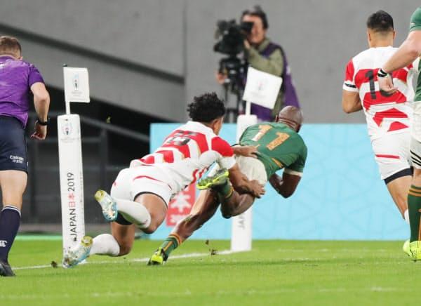 前半、トライを決める南アフリカのマピンピ