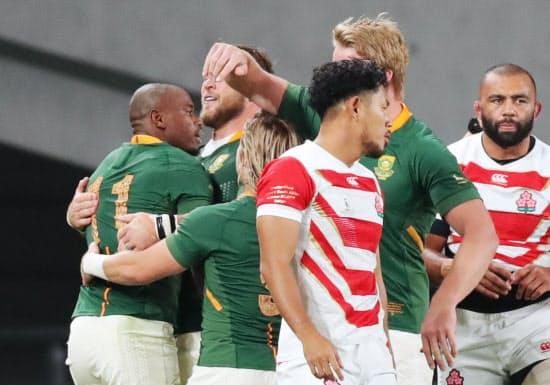 前半、トライを決め喜ぶ南アフリカのマピンピ(左)ら