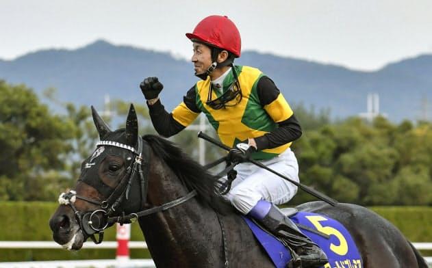 第80回菊花賞で優勝したワールドプレミアと武豊騎手(20日、京都競馬場)=共同