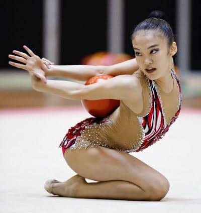 女子個人種目別 ボールで優勝した喜田純鈴(20日、千葉ポートアリーナ)=共同
