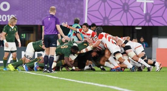 前半、スクラムを組む日本(右)と南アフリカの両チーム。中央は指示を出す流