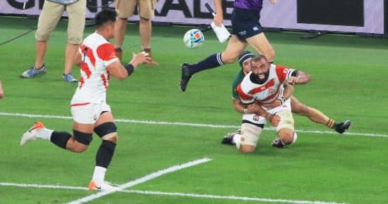 南アフリカ戦の前半、倒れながら姫野(左)にパスを出すリーチ。パスの回数と正確性で日本は全チーム中、トップだった