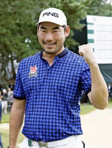 通算1オーバーで初優勝を決め、ガッツポーズするチャン・キム=共同