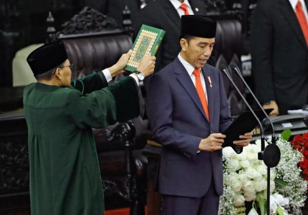 20日、2期目の就任式で宣誓するインドネシアのジョコ大統領=AP