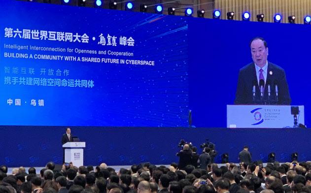 世界インターネット大会で習主席のあいさつを代読する黄坤明・党中央宣伝部長(20日、烏鎮)