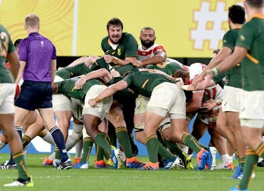 準々決勝で南アフリカに押し込まれる日本。南アはそれまでの相手とはレベルが違った