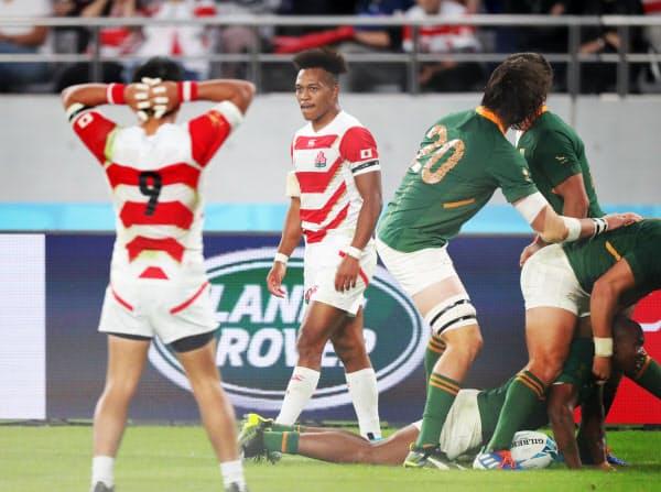後半、南アフリカのマピンピ(右下)がトライを決め落胆する松島(左から2人目)と流