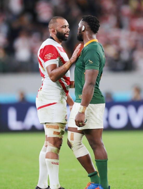 南アフリカの選手と健闘をたたえ合うリーチ