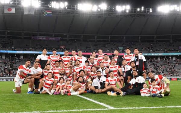 試合終了後、記念撮影に応じる日本代表