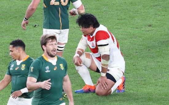 南アフリカに敗れ、ピッチに膝をつく稲垣