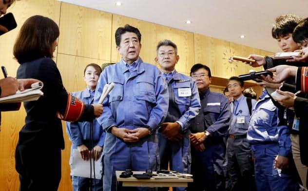 台風19号の被害状況視察を終え、報道陣の質問に答える安倍首相(20日、長野県庁)=代表撮影