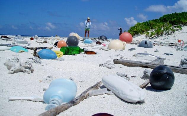 米ハワイ州の離島の海岸に打ち上げられたプラスチックごみ(米海洋大気局提供)