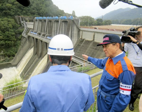 台風19号の影響で緊急放流をした城山ダムを視察する黒岩祐治・神奈川県知事(17日午後、相模原市)=共同