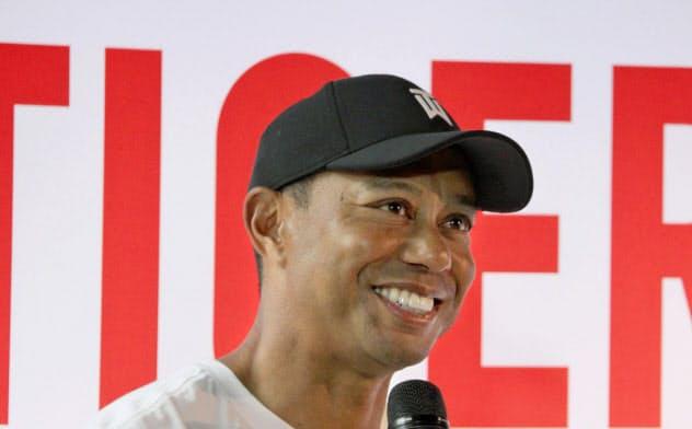 イベントで質問に答える、男子ゴルフのタイガー・ウッズ(20日、東京都内)=共同