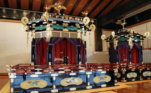 「即位礼正殿の儀」で使われる「高御座」(左)と「御帳台」(19日、宮殿・松の間)