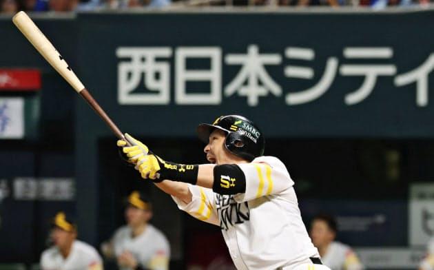 七回ソフトバンク無死一、三塁、松田宣が中越えに先制3ランを放つ=共同