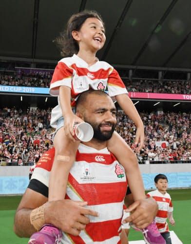 後半、子どもを肩に乗せるリーチ