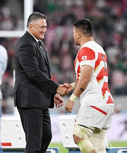 試合終了後、具(右)と握手を交わすジョセフHC