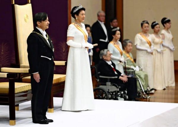 「即位後朝見の儀」に臨まれる天皇、皇后両陛下(5月、宮殿・松の間)