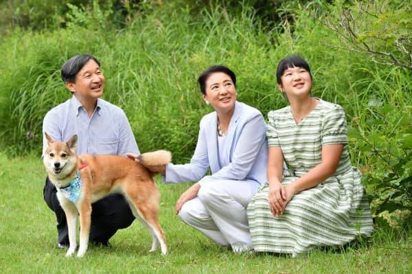 愛犬の由莉とともに、那須御用邸の敷地内を散策する天皇、皇后両陛下と長女愛子さま(8月19日、栃木県那須町)