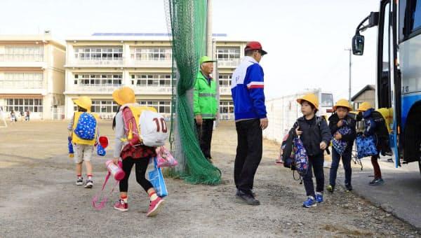 再開した宮城県大郷町立大郷小に登校する児童(21日朝、大郷町)=共同