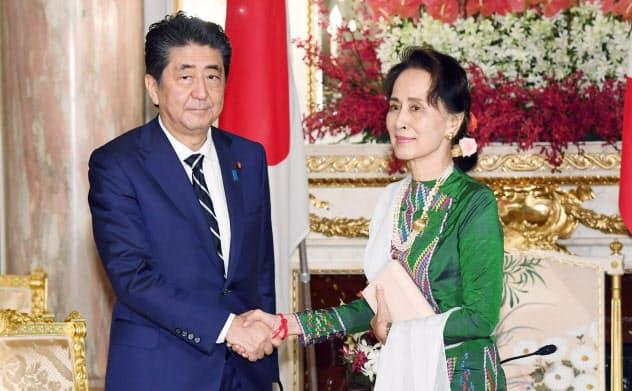 会談を前に握手を交わす安倍晋三首相(左)とミャンマーのアウン・サン・スー・チー国家顧問兼外相(21日午前、東京・元赤坂の迎賓館)=代表撮影