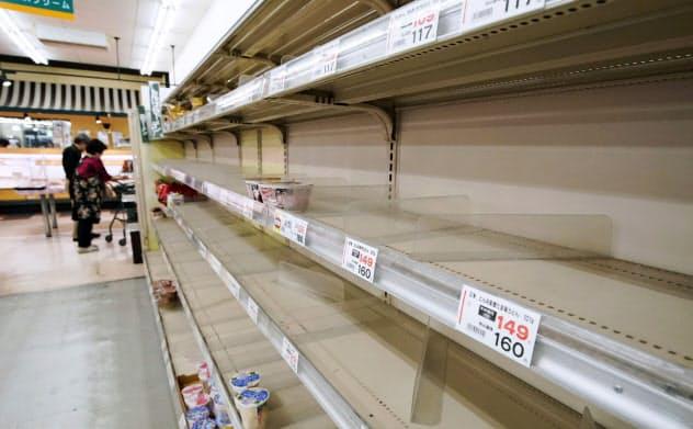 台風19号の接近を前にほとんど商品がなくなったインスタント麺の棚=11日夕、千葉県館山市