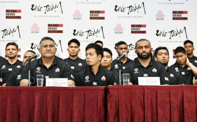 ラグビーW杯準々決勝から一夜明け、記者会見する日本代表のジョセフ・ヘッドコーチ(手前左)とリーチ主将(同右)ら(21日午前、東京都内)=共同