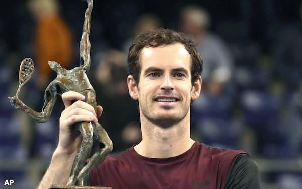 ヨーロピアン・オープンで優勝し、トロフィーを掲げるアンディ・マリー(20日、ベルギー・アントワープ)=AP