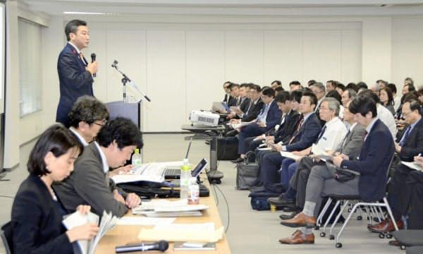 橋本岳厚労副大臣(左奥)の説明を聞く自治体や病院の関係者ら(10月17日、福岡市)