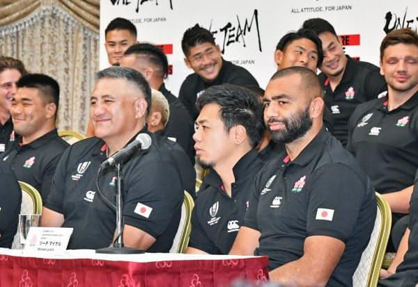 記者会見するラグビー日本代表のリーチ主将(前列右)ら(21日午前、東京都港区)
