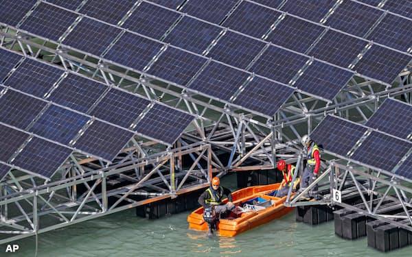 コスト低下が再生エネの普及を後押しする(スイスの太陽光発電施設)=AP