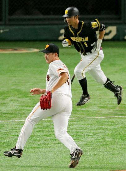 9月15日の阪神戦で、鳥谷(右)に2点打を打たれた巨人・菅野。これがレギュラーシーズン最後の登板となった=共同