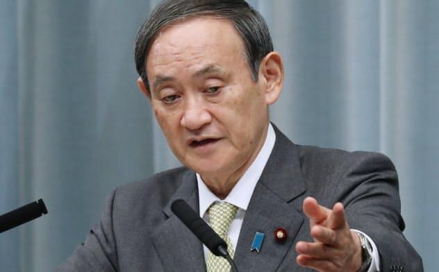 記者会見する菅官房長官(21日、首相官邸)