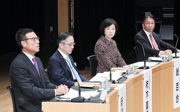 討論する(左から)新浪、柿木、翁、岩田の各氏(21日午後、東京・大手町)
